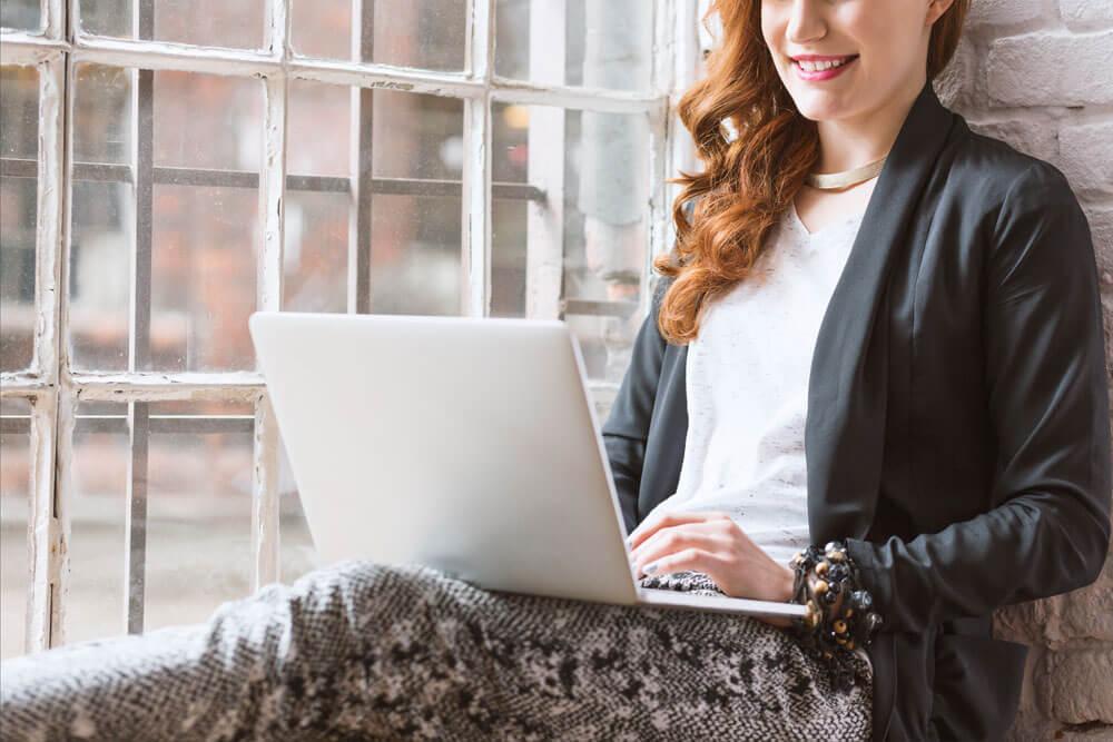 Jeune femme travaillant sur la formation en ligne WordPress depuis chez elle
