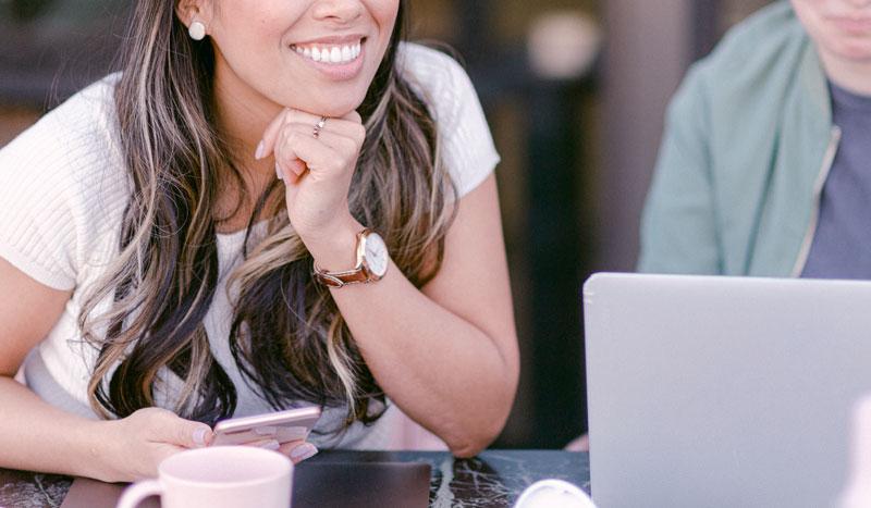 Formation WordPress en ligne - Jeune femme suivant le programme à distance